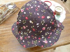 Vite un petit chapeau réversible pour protéger bébé-fille du soleil