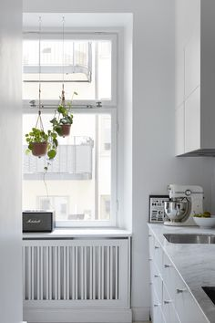 Sometimes in these dark winter months all you want is a little light. This apartment in Stockholm is styled by Josefin Hååg and it's bright in every room. The home is completely decorated in white, grey and black tones which gives the apartment a very serene atmosphere. Perfect if you love light homes, there's definitely no winter …