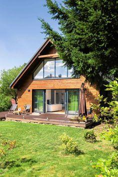 Historia domu, kiedyś letniskowego, sięga 1920 roku. Dzięki drewnianej ścianie budynek idealnie wtapia się w otaczający go ogród.