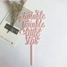Roze 'Twinkle Twinkle Little Star' cake topper van acryl. Leuke taartversiering voor bijvoorbeeld een baby shower, geboortetaart of 'sterren' thema. Deze taarttopper is 10 centimeter breed en heeft een totale hoogte van 18 centimeter.