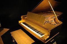Piano de oro de Elvis. Nashville, Memphis y Nueva Orleans, raíces de la música popular (I)     http://www.culturamas.es/ocio/2012/03/21/nashville-memphis-y-nueva-orleans-raices-de-la-musica-popular/
