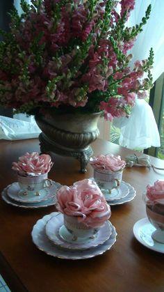 Xícaras com flor de organza