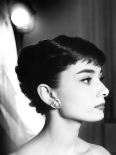 Check out pictures of actress Audrey Hepburn hair and hairstyles. Audrey Hepburn is famous for her roles in the films My Fair Lady, Breakfast at Tiffany's, and Roman Holiday. Hepburn passed away in Audrey Hepburn Outfit, Audrey Hepburn Photos, Aubrey Hepburn, Viejo Hollywood, Old Hollywood, Scene Hair, Peinados Audrey Hepburn, Audrey Hepburn Hairstyles, Donia