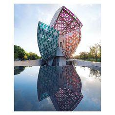 An iconic kaleidoscope #danielburen #louisvuitton #paris #frankgehri #architecture