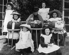 IlPost - A scuola di merletto - Una lezione di merletto all'aperto in una scuola a Lois Weedon, in North Hampshire, nel 1908.  (Topical Press Agency/Getty Images)
