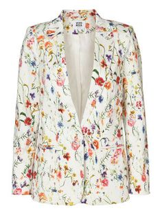Floral printed blazer from VERO MODA. Wear it with your favourite pair of jeans. #veromoda #blazer #floral #fashion #style