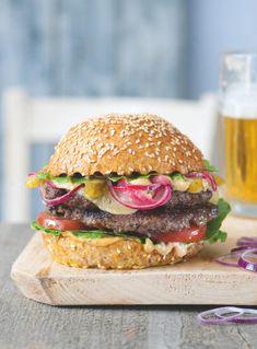 Burger ve stylu Big Mac má všechno, co má mít - neodolatelnou omáčku, 2 plátky masa i rozpečený sýr. Tohle prostě chcete! Big Mac, Salmon Burgers, Chicken, Ethnic Recipes, Food, Essen, Meals, Yemek, Eten