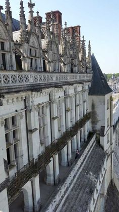 Amboise Castle - France - overlooking the Loire and the medieval city Orient Garden, Loire Castles, Loire Valley France, National Parks Usa, Building Systems, Vacation Trips, Vacations, Cool Photos, Amazing Photos