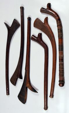 Fijian traditional war clubs Club Weapon, Native American Tools, Zombie Weapons, Homemade Weapons, Wooden Walking Sticks, Arm Armor, Mountain Man, Prehistory, Ocean Art