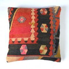 Coussin kilim rouge et noir #deco #bohème #ethnique #chic http://www.cabaneindigo.com/coussin-kilim/762-coussin-kilim-rouge-et-noir.html