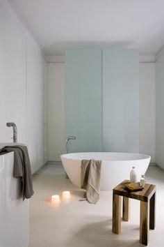 déco scandinave salle de bains: baignoire îlot sur une fond minimaliste