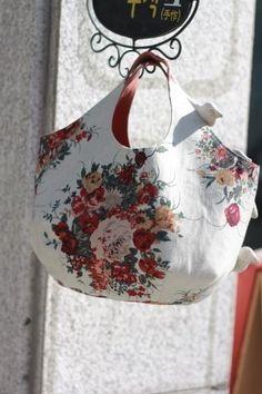로즈부케 린넨 라운드가방 : 네이버 블로그 Purse Organizer Pattern, My Bags, Purses And Bags, Japanese Bag, Crochet Shoulder Bags, Crochet Market Bag, Fabric Handbags, Purse Organization, Denim Bag