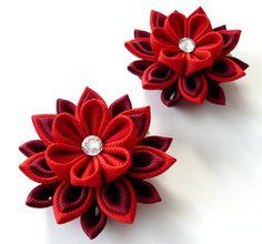 Flores de tela Kanzashi. Juego de 2 pinzas de pelo.  Rojo y bordo.
