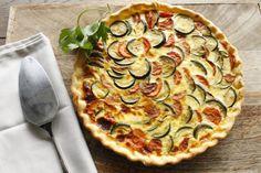 Préchauffez votre four Th.6/7 (200°C). Lavez et coupez les courgettes en rondelles. Epluchez et coupez les carottes en rondelles. Dans une poêle avec l'huile chaude, faites revenir les carottesà feu moyen environ5 minutes,ajoutez 200 ml d'eau poursuivez la cuisson 5 minutes. Ajoutez les courgettes et poursuivez la cuisson 3 minutes.Ajoutez lacapsule de Coeur de bouillonet prolongez la cuisson à feu doux environ 5 minutes. Poivrez. Dans un petit saladier, mélangez les œufs, le lait et…