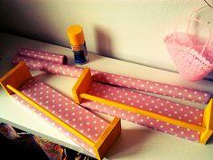 Bücherregal für Kinderzimmer (aus IKEA Gewürzregal, Buntlack, Geschenkpapier)
