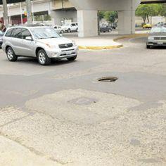 Un serio peligro tanto para automovilistas como para peatones representa una alcantarilla abierta en el cruce de Lázaro Cárdenas y Colón. Ojalá las autoridades actúen antes de que suceda algún accidente. Foto de reportero ciudadano anónimo.