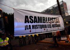 """Asambleístas, la Historia les juzgará. #Yasunidos Protesta fuera de la Asamblea Nacional, Quito. 3 oct 2013. La Asamblea aprobó el pedido de Correa de declarar """"de interés nacional"""" la explotación del Yasuní ITT."""