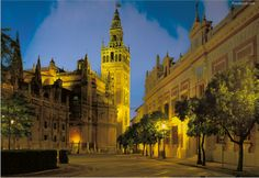 Descubre Sevilla por la noche.  Te sorprenderá  #paseosdeepoca #RT