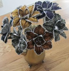 Creation with Nespresso capsule - a cup of imagination Recycled Crafts, Diy And Crafts, Dosette Nespresso, Fleurs Diy, Cappuccino Machine, Coffee Pods, Beads And Wire, Flower Tutorial, Diy Flowers