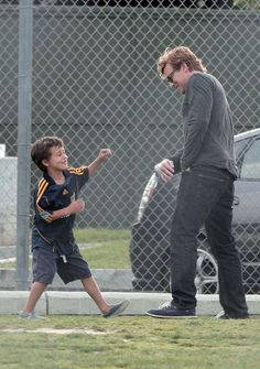 Simon Baker Photos Photos - After a power nap Simon Baker comes out kicking to play a little soccer with his sons Claude and Harry at their local park. - Simon Baker Plays Soccer with His Kids