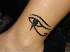 Tatuaje del ojo de horus en el tobillo de una mujer
