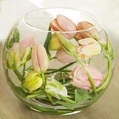 gebogen tulpen in vaas
