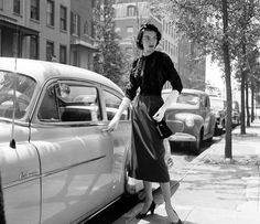 Photo by Nina Leen for LIFE magazine, August Glamour Vintage, Vintage Beauty, Vintage Ladies, 1950s Fashion, Vintage Fashion, Vintage Photography, Fashion Photography, Vintage Dresses, Vintage Outfits