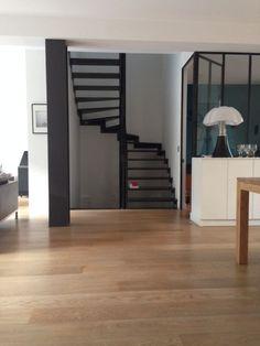 Escalier 2/4 tournants contemporain en acier brut ESCA'DROIT® avec marches Nanoacoustic® pour un escalier métallique silencieux #Escaliers Décors® (www.ed-ei.fr), métal, verrière type atelier et lampe pipistrello
