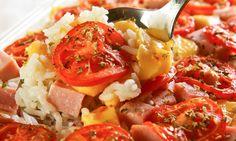 Ingredientes  3 xícaras (chá) de arroz cozido 200 g de queijo mussarela em cubinhos 200 g de presunto em cubinhos 4 tomates médios cortados em rodelas