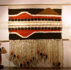 telar mural decorativo - Buscar con Google Textiles, Woven Wall Hanging, Tapestry Weaving, Handicraft, Fiber Art, Hand Weaving, Art Projects, Easy Diy, Crochet