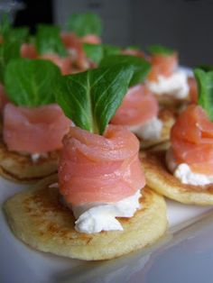 Blinis bianchi al salmone formaggio e songino Finger Food Appetizers, Easy Appetizer Recipes, Tapas Menu, Just Cooking, Snacks, Fabulous Foods, Antipasto, Tasty Dishes, Hors D'oeuvres