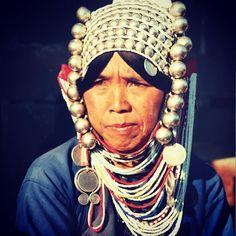 Je ne peux jouer alors juste pour le plaisir!  Lors de mon 1er voyage loin il y a plus de 20 ans rencontre avec cette femme Akha dans un des villages où nous dormions pendant le trek d'une dizaine de jours dans le triangle d'or. Belle impassible naturelle et authentique a l'époque ... @maryzeno  #ComptoirdesVoyages #comptoirdesvoyages_rencontres2016 #meet #meetpeople #portrait #voyage #travel #thailande #triangledor #akha #woman #travelblog #traveladdict #thailand #asia #asie #everywhere…