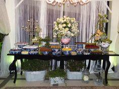 Mesa de Doces linda para um casamento lindo! ::: #atteliededoces #docesfinos #carolinadarosci #casamento #decoracao #mesaposta #sobremesa #docinhos #evento #flores #arranjos #docesgourmets #mesadedoces