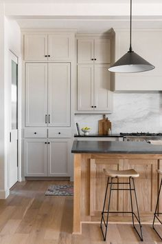 Diy Kitchen Cabinets, Kitchen Redo, Home Decor Kitchen, Home Kitchens, Tall Cabinets, Kitchen Ideas, Kitchen Modern, Black Countertops White Cabinets, Decorating Kitchen