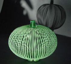 Botella de plástico recortada y convertida en objeto decorativo.