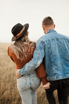 ✔ Couple Photoshoot Outfits Boho Source by photoshoot outfits Couple Photoshoot Poses, Couple Photography Poses, Couple Shoot, Friend Photography, Maternity Photography, Family Photography, Outfits Jeans, Boho Outfits, Engagement Outfits