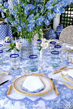 Blue and White Decor – It Never Gets Old! Blue and White Decor – It Never Gets Old! Dresser La Table, Beautiful Table Settings, Love Blue, Periwinkle Blue, Blue Gold, Lavender Blue, Pink Blue, Lilac, Table Arrangements