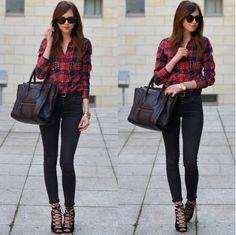 camisa a cuadros tartan, jeans oscuros, sandalias abotinadas negras