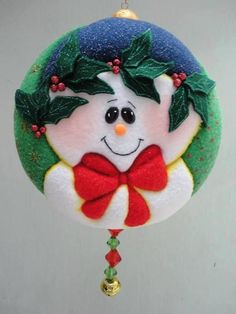 Que hermosos trabajos en patchwork Quilted Christmas Ornaments, Fabric Ornaments, Christmas Fabric, Primitive Christmas, Handmade Ornaments, Felt Ornaments, Felt Christmas, Christmas Balls, Christmas Projects