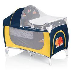 Cestovný postieľka. Súčasťou je prebaľovací pultík s umývateľnou podložkou, plyšové hračky, slnečná strieška a moskytiéra.