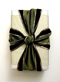 Christmas gift wrapping ideas ToniK ⓦⓡⓐⓟ ⓘⓣ ⓤⓟ DIY crafts wide ribbon giftdecorating.com