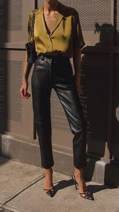 fashionista look mode printemps inspiration Leather Pants Outfit, Black Leather Pants, Silk Pants Outfit, Black Pants, Leather Skirt, Leather Leggings, Leather Jacket, Mode Outfits, Chic Outfits