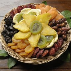 Fruit Flower Delight Dried Fruit - The Dried Fruit Delight has everyone's dried fruit favorites - mangos, plums, apricots and more. Use as a centerpiece or a gift of acknowledgement. Diy Food Gifts, Fruit Gifts, Gourmet Gifts, Edible Gifts, Dry Fruit Tray, Fruit Company, Edible Bouquets, Fruit Packaging, Cheese Fruit