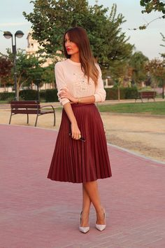 17 Gorgeous Midi Skirt Outfits That You Will Absolutely Adore - Top Inspirations Modest Dresses, Modest Outfits, Classy Outfits, Modest Fashion, Fashion Dresses, Cute Outfits, Romantic Fashion, Romantic Outfit, Romantic Look