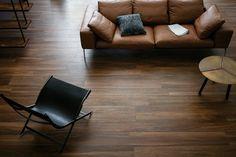 carrelage imitation parquet bois marron foncé design salon canapé cuir marazzi