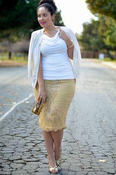 Gold und Weiß für den Sommer! Mode-Bloggerin Tanesha aus San Francisco von Girl with Curves betont ihre schlanke Taille mit einem weißen Oberteil mit Wasserfall-Ausschnitt. Der bestickte goldene Vintage-Rock ist durch die schwungvoll zur Mitte verlaufenden Stickereien ein echter Figurschmeichler. Der pinkte MAC Love Forever Lippenstift setzt dem Streetstyle das goldene Krönchen auf - was meint ihr?