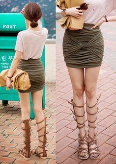 [Chuu]フロントツイストシャーリングタイトスカート フロントにツイストされたデザインがユニークなタイトスカート。 ストレッチのある生地を使用しており、抜群な履き心地を実現してくれます◎ たっぷりのシャーリングが女性らしさを引き立てるイチマイ☆ タイトめなシルエットが女性らしく、カジュアルなアイテムともマッチする優れモノです。