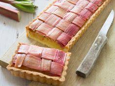 Découvrez la recette Tarte à la rhubarbe sur cuisineactuelle.fr.