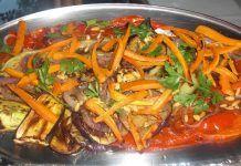 Σας προτείνουμε μια συνταγή για νόστιμη σαλάτα με ψητά λαχανικά Greek Dishes, Japchae, Apple Pie, Thai Red Curry, Food And Drink, Salad, Cooking, Ethnic Recipes, Rest