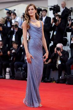 From Julianne Moore, to Anna Mouglalis, to Rebecca Hall, and George and Amal Clooney, see all the looks that are lighting up the red carpet at the Venice Film Festival. Festival Stil, Festival Dress, Festival Outfits, Film Festival, Oscar Dresses, Gala Dresses, Blue Dresses, Formal Dresses, Izabel Goulart